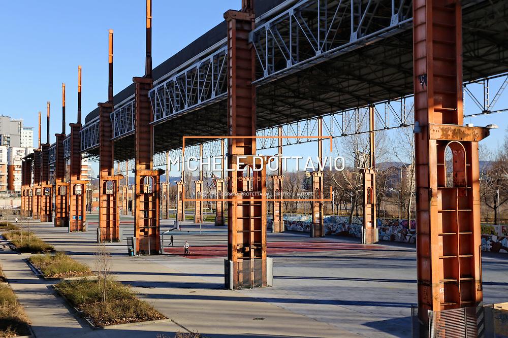 Pilastri del capannone strippaggio dell' ex stabilimento Teksid Parco Dora Torino. Il parco realizzato lungo un tratto del fiume Dora sulle aree occupate fino agli anni Novanta dai grandi stabilimenti produttivi della Fiat e della Michelin, integra ambienti naturalistici e preesistenze derivanti dal passato industriale e costituisce il cuore della trasformazione di Spina 3