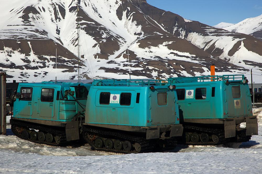 Áritco. Islas Svalbards.Vehículos para desplazarse sobre el hielo en Longyearbyen..© JOAN COSTA