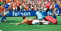 BLOEMENDAAL  -  Roel Bovendeert (Bldaal) in duel met keeper David Harte (Kampong)  tijdens de   EHL finale  Kampong-Bloemendaal  (2-8) . rechts Sander de Wijn (Kampong) .  COPYRIGHT  KOEN SUYK