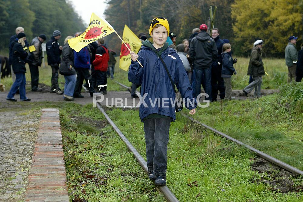 Zu einer Schatzsuche entlang der Schienen vom Bahnhof Leitstade in Richtung Oldendorf trafen sich am 31. Oktober 2010 etwa zweihundert Atomkraftgegener und 25 Trecker. <br /> <br /> Ort: Leitstade<br /> Copyright: Karin Behr<br /> Quelle: PubliXviewinG