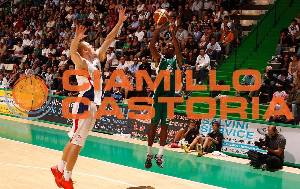 DESCRIZIONE : Siena 2013-14 Torneo Bellaveglia Montepaschi Siena Cska Mosca<br /> GIOCATORE : Kim English<br /> CATEGORIA : Tiro<br /> SQUADRA : Montepaschi Siena<br /> EVENTO : Campionato Lega A 2013-2014 <br /> GARA : Montepaschi Siena Cska Mosca<br /> DATA : 14/09/2013<br /> SPORT : Pallacanestro <br /> AUTORE : Agenzia Ciamillo-Castoria/P.Lazzeroni<br /> Galleria : Lega Basket A 2013-2014  <br /> Fotonotizia : Siena 2013-14 Torneo Bellaveglia Montepaschi Siena Cska Mosca<br /> Predefinita :