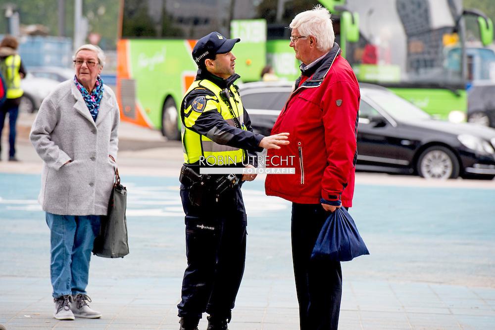 UTRECHT - politie agenten  agent , Politie agenten surveilleren door het centrum van utrecht  op de fiets fietsen .