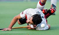 AMSTELVEEN - Valentin Verga van Amsterdam probeert al duikend te scoren, zondag tijdens de hoofdklassewedstrijd mannen tussen Amsterdam en SCHC (2-1). Foto Koen Suyk
