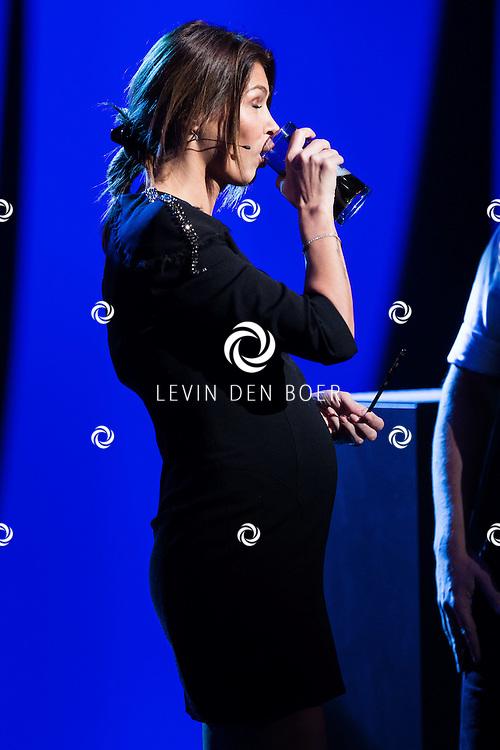AALSMEER - De zwangere Sabia Engizek tijdens de liveshow van MindMasters. FOTO LEVIN DEN BOER - PERSFOTO.NU