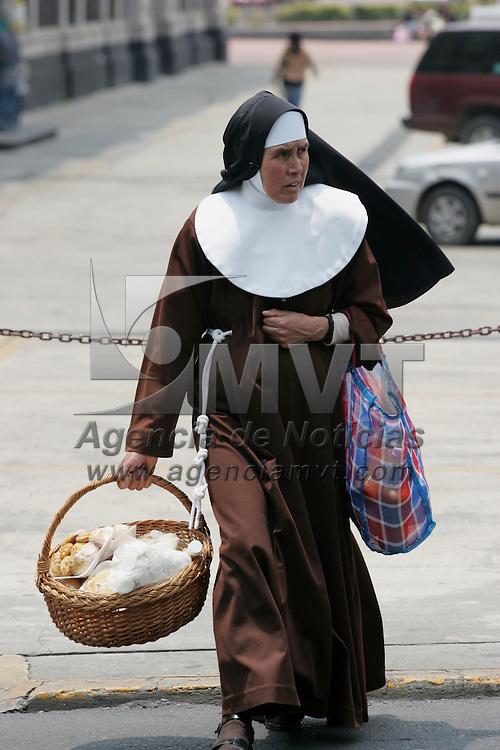 Toluca, Mex.- Aspecto de una monja cruzando una calle para empezar la vendimia y asi ayudar a su congregacion. Agencia MVT / Javier Rodriguez. (DIGITAL)<br /> <br /> <br /> <br /> NO ARCHIVAR - NO ARCHIVE