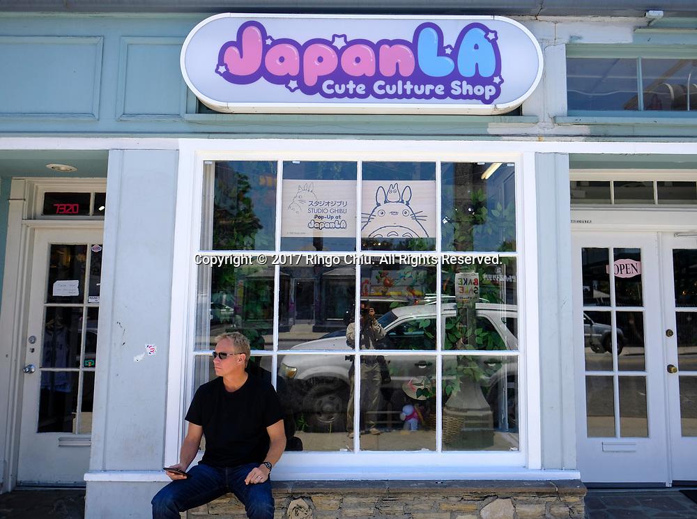 7月28日,美国洛杉矶,吉卜力工作室门前。由日本动画大师宫崎骏成立的吉卜力工作室在洛杉矶开设美国首家官方快闪店,成为宫崎骏迷必访之处。该店将开业到下月24日。新华社发 (赵汉荣摄)<br /> A man sits on the store front of the JapanLA on June 28, 2017 in Los Angeles, the United States. The cute culture shop JapanLA launched the first official U.S. Studio Ghibli pop-up, which runs until July 24.  (Xinhua/Zhao Hanrong)(Photo by Ringo Chiu)<br /> <br /> Usage Notes: This content is intended for editorial use only. For other uses, additional clearances may be required.