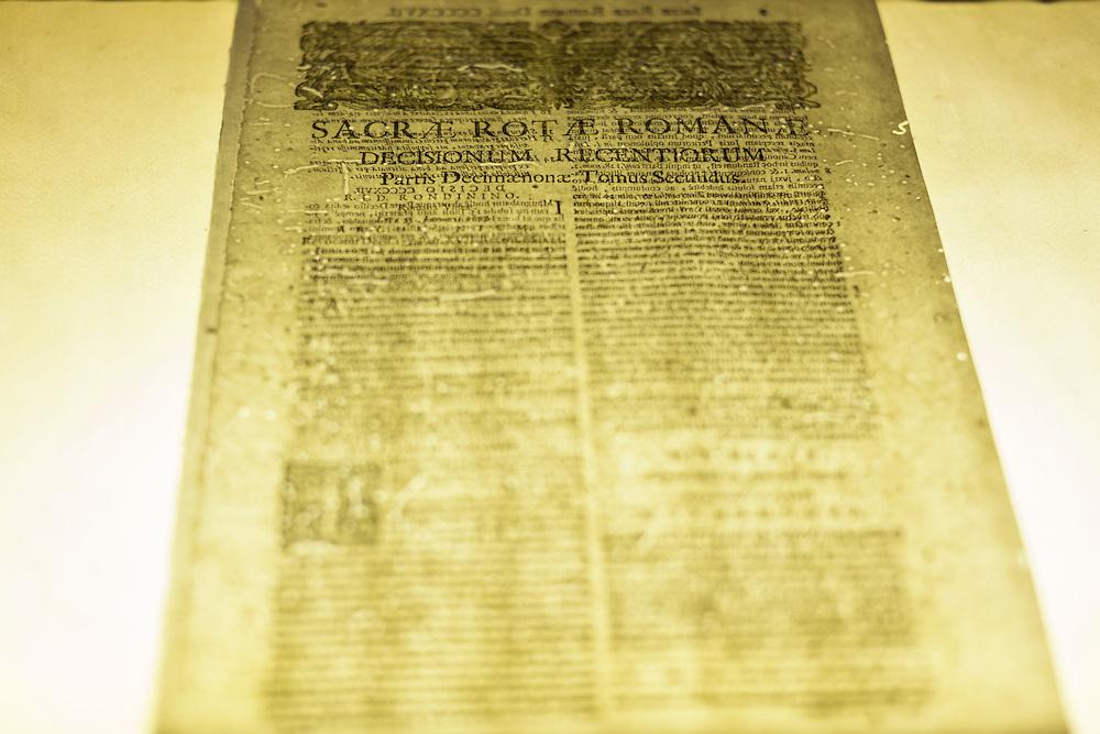 foglio appartenente ad un libro di diritto del XVII secolo appena restaurato con il metodo leaf casting<br /> <br /> restored sheet belonging to a book of XVII century
