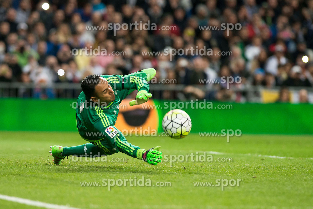 20.03.2016, Estadio Santiago Bernabeu, Madrid, ESP, Primera Division, Real Madrid vs Sevilla FC, 30. Runde, im Bild Real Madrid's Keylor Navas stops the penalty // during the Spanish Primera Division 30th round match between Real Madrid and Sevilla FC at the Estadio Santiago Bernabeu in Madrid, Spain on 2016/03/20. EXPA Pictures &copy; 2016, PhotoCredit: EXPA/ Alterphotos/ Borja B.Hojas<br /> <br /> *****ATTENTION - OUT of ESP, SUI*****