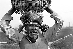 BANGLADESH DINAJPUR DISTRICT KAHAROL THANA DEC94 - Manual labourers carry mud on their heads in a food for work programme...jre/Photo by Jiri Rezac..© Jiri Rezac 1994