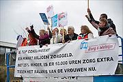 Nederland, Apeldoorn, 27-1-2015Medewerkers van thuiszorgorganisatie Verian protesteren tegen het voornemen hun salaris te korten, verlagen. Samen met FNV en SP bieden. FNV voorzitter Ton Heerts was aanwezig en ging later in gesprek met de directie, Klaas Stoter.Velen voelen zich onder druk gezet op straffe van ontslag. Hij kwam buiten om de thuiszorgers te woord te staan. medewerkers, personeel, leus, leuzen, ziek, zieken, ziekenzorg, actievoeren, aktievoeren, actievoerders, aktievoerdersFOTO: FLIP FRANSSEN/ HOLLANDSE HOOGTE