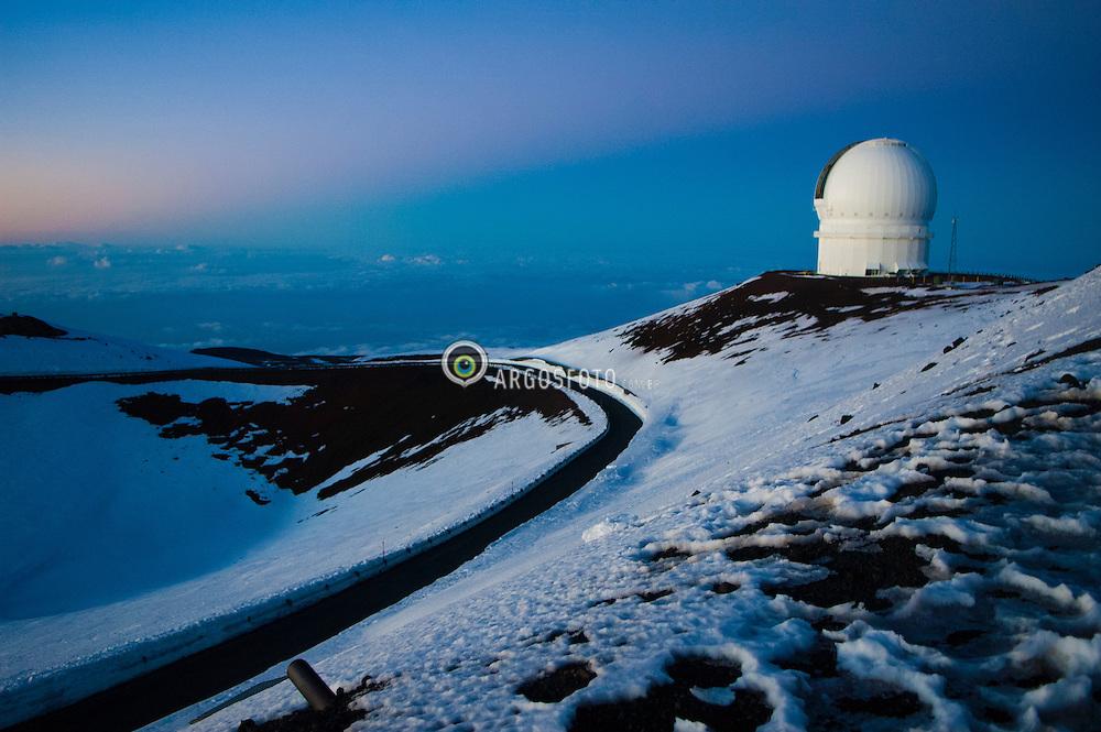 Observatorio W. M. Keck, um observatorio astronomico que comporta dois telescopios operando no espectro visivel e infravermelho. Situa-se no cume do monte Mauna Kea, no Havai, Estados Unidos da America. Cada telescopio tem um espelho de dez metros. O observatorio e gerido pela organizacao nao governamental California Association for Research in Astronomy, tendo a NASA como parceiro./ The observatory W. M. Keck is an astronomical observatory with two telescopes that operate in the visible and infrared. It is situated on the summit of Mauna Kea, Hawaii, United States of America. Each telescope has a mirror ten meters. The observatory is managed by the NGO California Association for Research in Astronomy, and NASA as a partner.