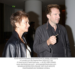 Actor RALPH FIENNES and FRANCESCA ANNIS, at a party in London on 5th September 2002.	PCZ 100