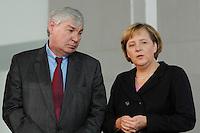 """16 OCT 2006, BERLIN/GERMANY:<br /> Michael Sommer (L), Vorsitzender Deutscher Gewerkschaftsbund, DGB, und Angela Merkel (R), CDU, Bundeskanzlerin, im Gespraech, waehrend einer Pressekonferenz nach dem Spitzengespraech """"Familie und Wirtschaft"""" der Bundeskanzlerin mit der Impulsgruppe der """"Allianz für die Familie"""", Bundeskanzleramt<br /> IMAGE: 20061016-01-019<br /> KEYWORDS: Spitzengespräch, Gespräch"""