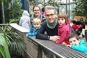 """Mannheim. 02.01.18   <br /> Luisenpark. Feature im Pflanzenschauhaus. Viele Besucher, darunter Familien, nutzen die """"Freien Tage"""" nach Weihnachten und Neujahr für einen Besuch im Luisenpark.<br /> - Familie Aponte aus Ludwigshafen. <br /> - v.l. Susanne, David, Raphael, Clara und Johannes<br /> Bild: Markus Prosswitz 02JAN18 / masterpress (Bild ist honorarpflichtig - No Model Release!) <br /> BILD- ID 00435  """