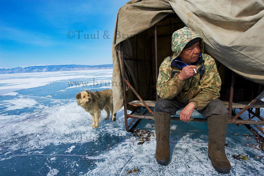 Russie, Siberie, Oblast d'Irkoutsk, lac Baikal, Maloe More ( petite mer), le lac gelé pendant l'hiver, Piotre Medvedev, 72 ans, pecheur en hiver// Russia, Siberia, Irkutsk oblast, Baikal lake, Maloe More (little sea), frozen lake during winter, Piotre Medvedev, 72, fisher on Baikal