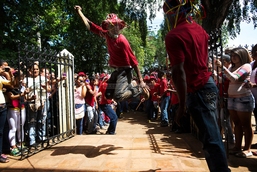 """Participants simulates fighting with wooden sticks that emulate the """"machetes"""" with which slaves fought originally. Lezama, 09/07/13. (Gregorio Marrero / Orinoquiaphoto)"""