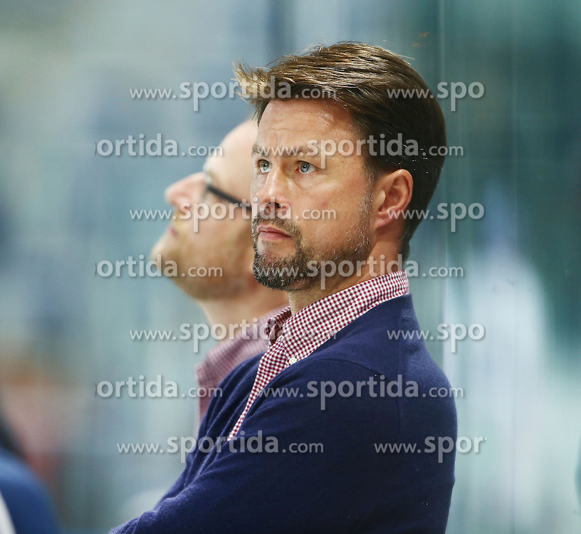 25.09.2015, SAP Arena, Mannheim, GER, DEL, Adler Mannheim vs Duesseldorfer EG, 5. Runde, im Bild Tobias Abstreiter (Assistant Coach Duesseldorfer EG) // during the German DEL Icehockey League 5th round match between Adler Mannheim and Duesseldorfer EG at the SAP Arena in Mannheim, Germany on 2015/09/25. EXPA Pictures &copy; 2015, PhotoCredit: EXPA/ Eibner-Pressefoto/ Neis<br /> <br /> *****ATTENTION - OUT of GER*****