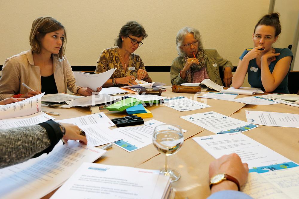 Sitzung des &quot;B&uuml;rgerdialogs Standortsuche&quot; der &quot;Kommission Lagerung hoch radioaktiver  Abfallstoffe&quot; in Berlin. Eingeladen war auch eine Gruppe Sch&uuml;ler/-innen aus L&uuml;chow. Von den 200 Teilnehmer/-innen waren - neben den 30 Sch&uuml;ler/-innen - noch rund 100 offizielle Teilnehmer/-innen, so dass nur etwa 70 B&uuml;rger/-innen aus freien St&uuml;cken teilnahmen. <br /> <br /> Ort: Berlin<br /> Copyright: Andreas Conradt<br /> Quelle: PubliXviewinG