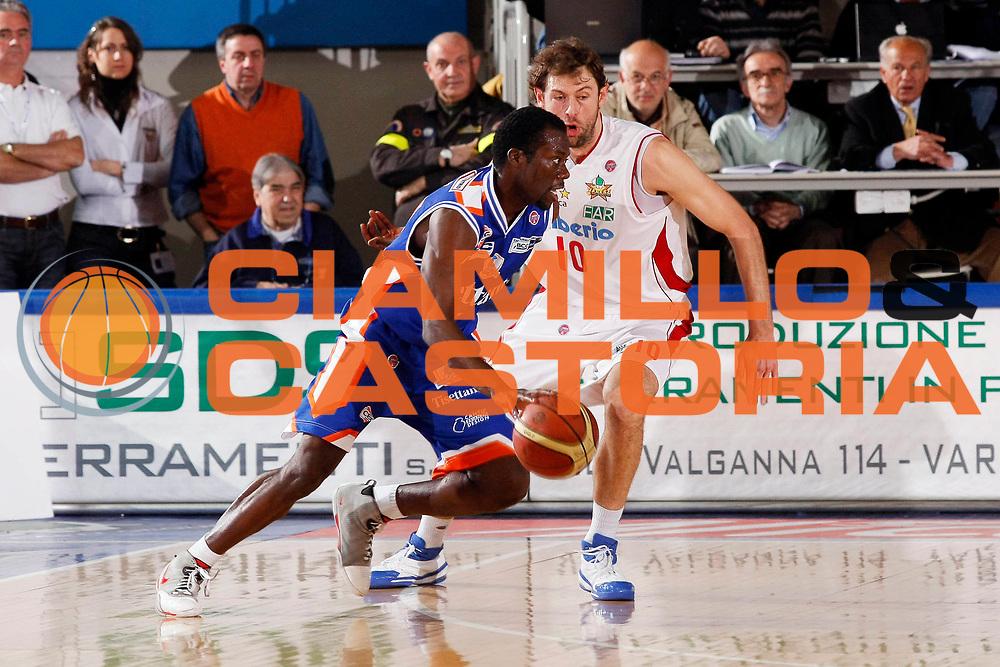 DESCRIZIONE : Varese Lega A1 2007-08 Cimberio Varese Tisettanta Cantu<br /> GIOCATORE : Denham Brown<br /> SQUADRA : Tisettanta Cantu<br /> EVENTO : Campionato Lega A1 2007-2008<br /> GARA : Cimberio Varese Tisettanta Cantu<br /> DATA : 30/03/2008<br /> CATEGORIA : Palleggio<br /> SPORT : Pallacanestro<br /> AUTORE : Agenzia Ciamillo-Castoria/G.Cottini