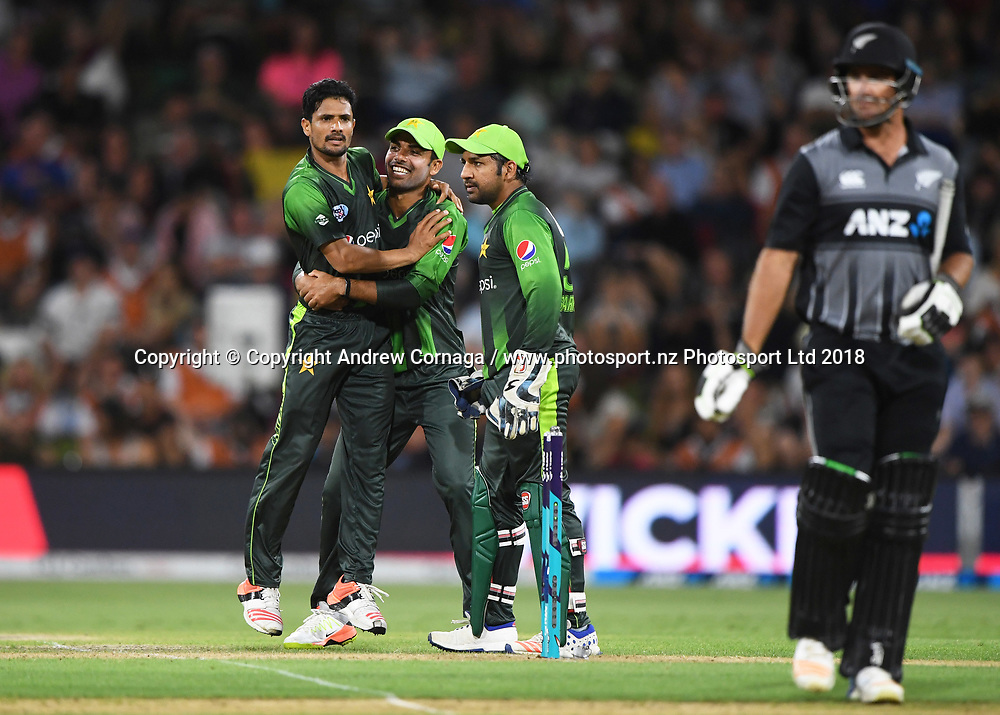 Aamer Yamin and team mates celebrate the wicket of de Grandhomme. Pakistan tour of New Zealand. T20 Series. 3rd Twenty20 international cricket match, Bay Oval, Mt Maunganui, New Zealand. Sunday 28 January 2018. © Copyright Photo: Andrew Cornaga / www.Photosport.nz