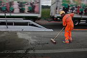 Workers, ouvriers de l'entreprise WEIBEL au bord de l'autoroute, Arbeiter der Firma WEIBEL erneuern den Belag der Autobahn A 12.