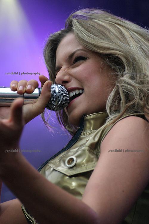 """Pop-Rock-Sängerin Jeanette Biedermann beim """"Avacon Energie Festival 2004"""" in Salzwedel."""