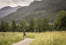 THEMENBILD - eine Frau steht mit ihrem Fahrrad auf einem Feldweg, aufgenommen am 10. Juni 2019 in Kaprun, Österreich // a woman stands with her bicycle on a dirt road, Kaprun, Austria on 2019/06/10. EXPA Pictures © 2019, PhotoCredit: EXPA/ JFK
