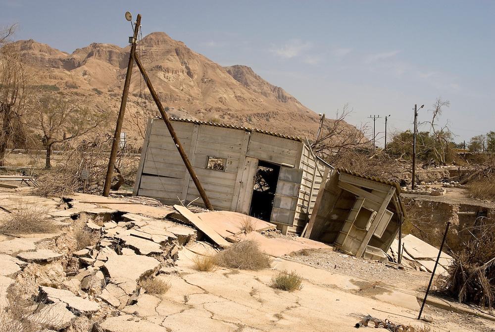 Le camping d'Ein Gedi est fermé depuis la fin des années 90 suite à une série d'accidents et de chutes dans des sinkhole ou doline. La baisse du niveau de la mer, a pour conséquence la formation de cavités creuses sous la surface du bord de mer. Avec le temps et l'activité sismique importante du rift africain, le sol s'effondre. Israël, mai 2011