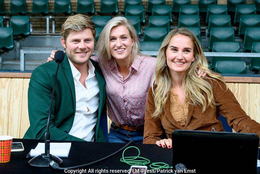 Setbezoek Britt Dekkers paardenfilm Whitestar bij de Royal Dutch Sport Horse in ERmelo.<br /> <br /> op de foto:  Britt Dekker met Tim Douwsma en Peggy Vrijens