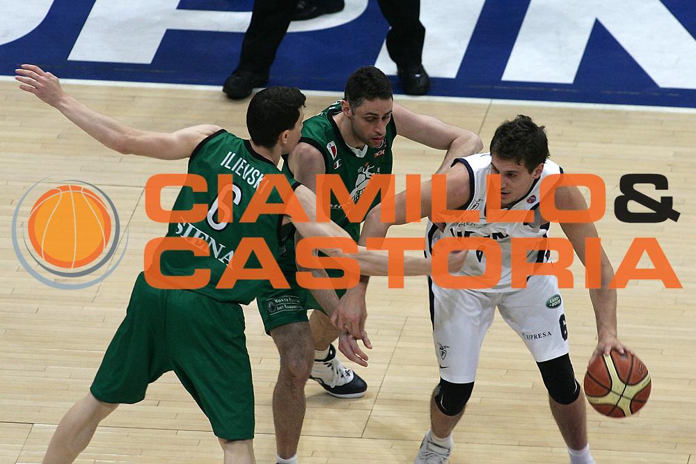DESCRIZIONE : Bologna Lega A1 2007-08 Playoff Quarti di finale Gara 2 Upim Fortitudo Bologna Montepaschi Siena<br /> GIOCATORE : Stefano Mancinelli<br /> SQUADRA : Upim Fortitudo Bologna<br /> EVENTO : Campionato Lega A1 2007-2008 <br /> GARA : Upim Fortitudo Bologna Montepaschi Siena<br /> DATA : 12/05/2008 <br /> CATEGORIA : Palleggio<br /> SPORT : Pallacanestro <br /> AUTORE : Agenzia Ciamillo-Castoria/M.Minarelli