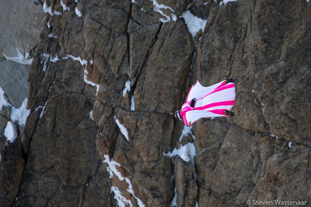 BASE JUMBER ET WINGSUITER GERALDINE FASNACHT  SAUTE DE L AIGUILLE DU MIDI (3800 M)