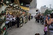 SAO PAULO, SP, 11.12.2013 - NATAL SAO PAULO - Um coral, cantandos músicas natalina se apesentou no fim da tarde desta quarta feira, 11, em frente o Shopping Center 3, Avenida Paulista, região central da capital. (Foto: Alexandre Moreira / Brazil Photo Press)