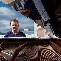 Frá æfingu jazztríó Árna Heiðars (vinnuheiti DIM 41). Árni Heiðar Karlsson við píanóið.