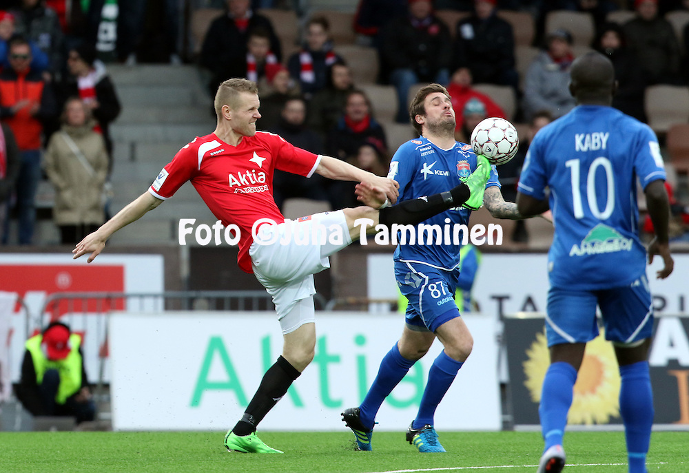 25.4.2016, Sonera Stadion, Helsinki.<br /> Veikkausliiga 2016.<br /> Helsingfors IFK - PS Kemi.<br /> Juho M&auml;kel&auml; (HIFK) v Ryan Gilligan (PS Kemi).