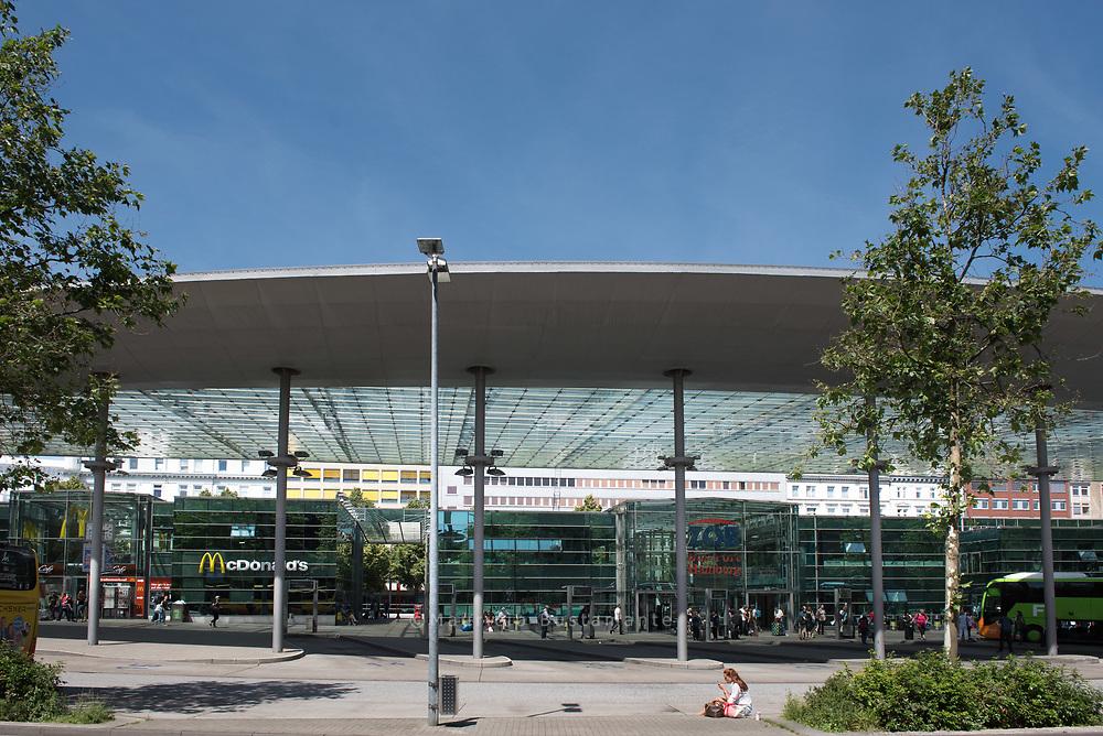 2013 gab es 38.830 Abfahrten am Hamburger ZOB, die von geschätzt etwa 3 Millionen Fahrgästen genutzt wurden.