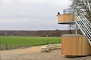 Nederland, Lunteren, 11-4-2017Even buiten het dorp staat een uitkijkpunt wat op het middelpunt van nederland ligt. Op het mooie uitzichtpunt boven op de Goudsberg heeft heel lang een Hessenhut gestaan. Een soort pleisterplaats langs de Hessenweg waarover hessenwagens reden. Het uitgangspunt voor de nieuwe Hessenhut is daarom de Hessenweg en de hessenwagens. De vormgeving vloeit daaruit voort, de houten wielen van de hessenwagen, ronde cirkels met spaken. De Hessenhut staat in het Luntersche Buurtbosch. Foto: Flip Franssen