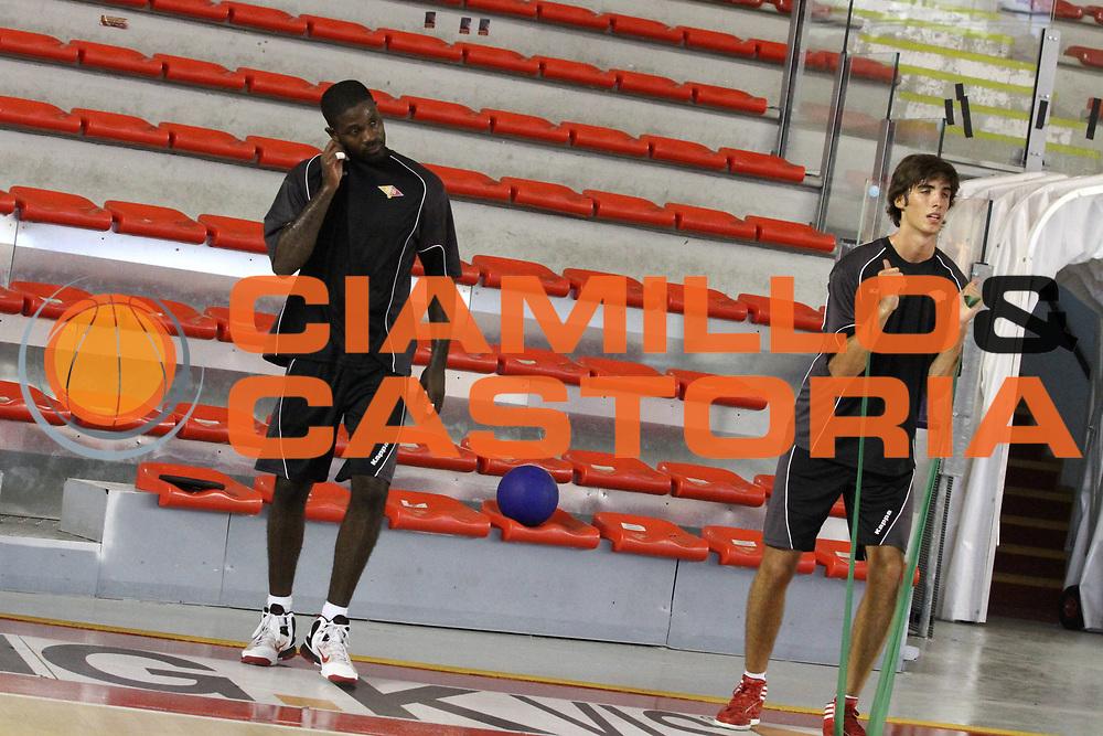 DESCRIZIONE : Roma Lega Basket A 2012-13  Raduno Virtus Roma<br /> GIOCATORE : Filippo Gorrieri Jordan Taylor<br /> CATEGORIA : allenamento equilibrio<br /> SQUADRA : Virtus Roma <br /> EVENTO : Campionato Lega A 2012-2013 <br /> GARA :  Raduno Virtus Roma<br /> DATA : 23/08/2012<br /> SPORT : Pallacanestro  <br /> AUTORE : Agenzia Ciamillo-Castoria/M.Simoni<br /> Galleria : Lega Basket A 2012-2013  <br /> Fotonotizia : Roma Lega Basket A 2012-13  Raduno Virtus Roma<br /> Predefinita :