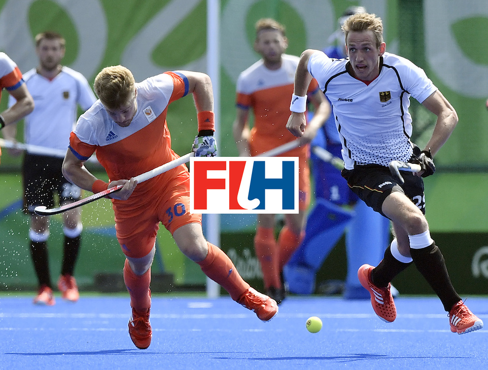 Germany's Niklas Wellen (R) vies with Netherlands' Mink van der Weerden during the men's Bronze medal field hockey Netherlands vs Germany match of the Rio 2016 Olympics Games at the Olympic Hockey Centre in Rio de Janeiro on August 18, 2016. / AFP / PHILIPPE LOPEZ        (Photo credit should read PHILIPPE LOPEZ/AFP/Getty Images)