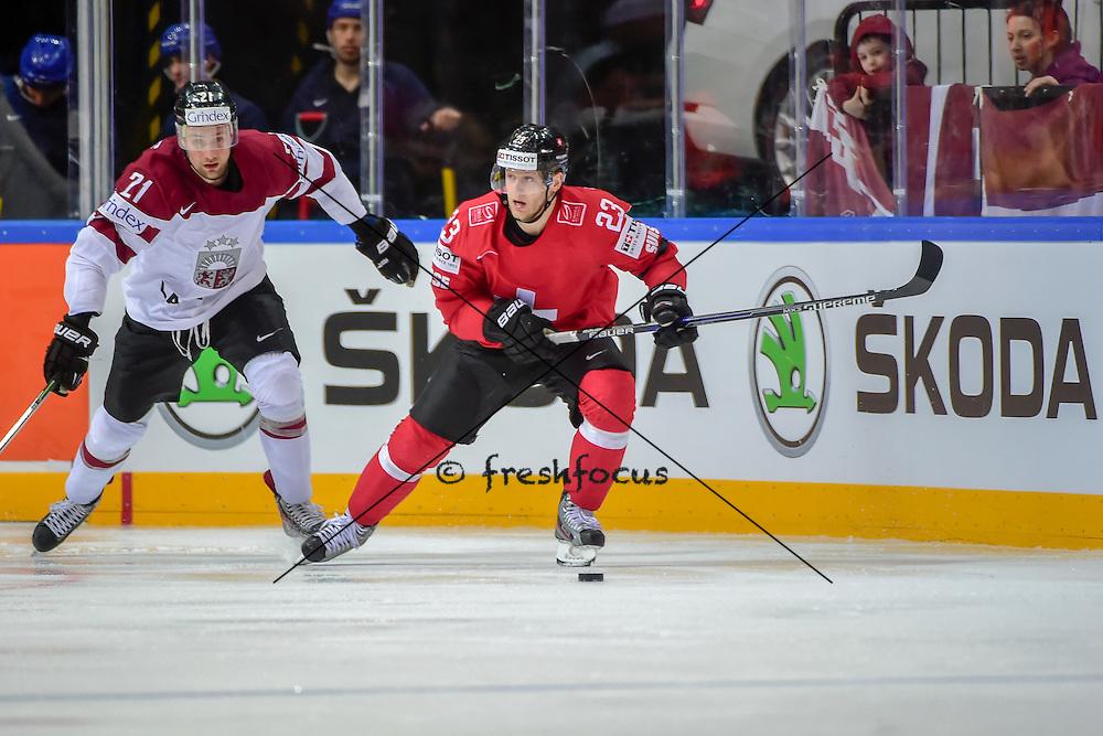 06.05.2015; Prague; Eishockey WM 2015 - IIHF ICE HOCKEY WORLD CHAMPIONSHIP;<br /> Switzerland - Latvia;<br /> Armands Berzins (LAT) Simon Bodenmann (SUI) <br /> (Andy Mueller/freshfocus)