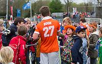 UTRECHT -Hockey - Tom Boon van Bl'daal met jeugdige fans  tijdens de play off wedstrijd in de hoofdklasse hockey tussen de m,annen van Kampong en Bloemendaal (1-1). Bloemendaal plaatst zich voor de finale. COPYRIGHT KOEN SUYK