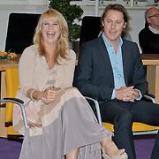 NLD/Huizen/20110429 - Lintjesregen 2011, Linda de Mol en partner Jeroen Rietbergen