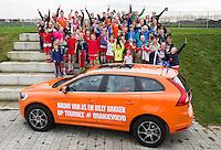 HOUTEN - Hockeyclub Houten -.  Hockey Internationals Naomi van As en Billy Bakker met de Oranjevolvo on tour langs verschillende hockeyclubs, om met de kinderen op de foto te gaan en handtekening uit te delen.  Foto KOEN SUYK
