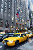 21 NOV 2003, NEW YORK/USA:<br /> Taxis vor dem Hotel Waldorf Astoria, Manhatten, New York<br /> IMAGE: 20031121-02-040