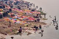 Inde, etat de Uttar Pradesh, Agra, Dhobi Ghat, laveur de linge sur les rives de la Yamuna // India, Uttar Pradesh state, Agra, dhobi ghat, local laundry