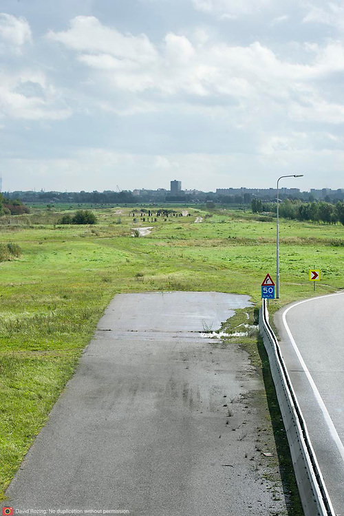 Nederland Delft 17-09-2010 20100917     A4 Delft - Schiedam wordt definitief verlengd,  er  is begin deze maand officieel besloten tot de aanleg van het stuk snelweg waarover zo'n vijftig jaar is gesproken. Rijkswaterstaat en het ministerie van VWS hebben dat laten weten.Over de nieuwe verkeersader wordt al decennialang gesteggeld, vooral omdat de weg het natuurgebied Midden-Delfland doorboort...De zeven kilometer asfalt tussen Delft en Schiedam doorkruist straks verdiept of via een tunnel het natuurgebied tussen de twee steden. Het belangrijkste pluspunt is dat de A13 wordt ontlast. Op rijksweg A13 staat dagelijks de voor de economie schadelijkste file van Nederland. Met het project A4 Delft-Schiedam willen lokale en regionale overheden en het Rijk de problemen rond bereikbaarheid en leefbaarheid op en rond de A13 en de A4 Delft-Schiedam oplossen, ook de bereikbaarheid van de Maasvlakte wordt zo verbeterd. Randstad.  ontlasting wegennet. Midden Delftland. , rustieke, rustieke omgeving, rustig, rustige, schadelijk, schadelijk voor milieu, schaden, snelweg, snelwegen, spoor, stil, terrein, toekomst, toekomstige plannen, toekomstplannen, tracé, traject, transport, uitgestrektheid, verbinding, verbindingen, vergezicht, vergezichten, verkeer en vervoer, verkeer en waterstaat, verkeersader, verkeersaders, verkeersdruk, verkeersnet, vernieuwing, vervoer, vewezenlijken, weg, wegen, wegenbouw, wegennet, wegnet, wegverbinding, wei, weide, wijds, wijdsheid