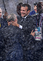 FUSSBALL  WM 2018  FINALE  ------- Frankreich - Kroatien    15.07.2018 Praesident Emmanuel Macron herzt Trainer Didier Deschamps (beide Frankreich)