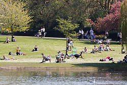 © Licensed to London News Pictures. 19/04/2018. London, UK. People enjoy the hot weather in Regents Park in London at lunchtime today. Photo credit: Vickie Flores/LNP