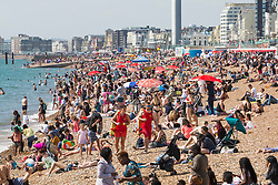 © Licensed to London News Pictures. 26/08/2017. Brighton, UK. thousands of Members of the public take to the beach in Brighton and Hove on the Bank holiday weekend Saturday. Photo credit: Hugo Michiels/LNP