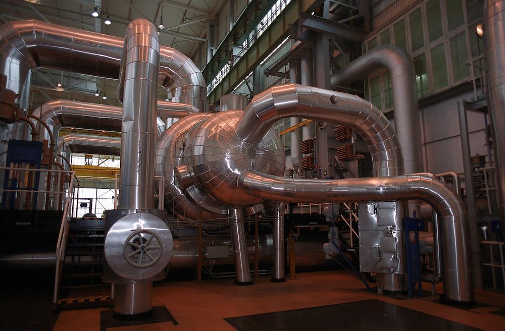 Temelin/Tschechische Republik, Tschechien, CZE, 25.06.2004: Einer der Dampfturbinenräume des Atomkraftwerks Temelin. Im Sekundärkreislauf wird die Wärmeenergie des Dampfes in elektrische Energie umgewandelt. Das Kernkraftwerk steht 24 Km von der Stadt Ceske Budejovice entfernt.<br /> <br /> Temelin/Czech Republic, CZE, 25.06.2004: Hall with one of the steam turbines in the Nuclear Power Station Temelin. The Nuclear Power Plant Temelin is located, approximately 24 km from the town of Ceske Budejovice.