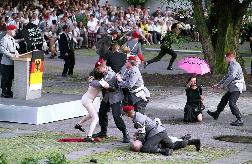 copyright : christian JUNGEBLODT <br /> Gedenkveranstaltung zum 20. Juli 1944 , Attentat<br /> auf Hitler . Hier : Bendlerblock Feierliches Geloebnis der Bundeswehr<br /> - Gegendemonstranten stoeren die Zeremonie ...<br /> Berlin 20.07.1999